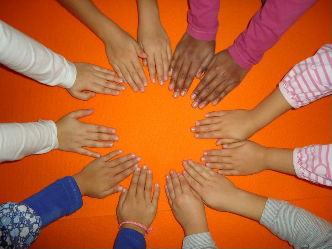 manos niños yoga